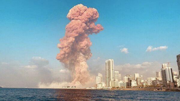 В порту Бейрута произошёл мощный взрыв. Кадры с места событий одновременно завораживают и пугают людей