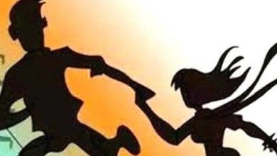 Photo of അയൽവാസിയായ യുവാവിനൊപ്പം ഒളിച്ചോടിയത് ഭർത്താവിനെയും രണ്ടു മക്കളെയും ഉപേക്ഷിച്ച്; കാമുകനൊപ്പം പോയ യുവതിക്ക് കുരുക്കായത് ബാലനീതി നിയമം