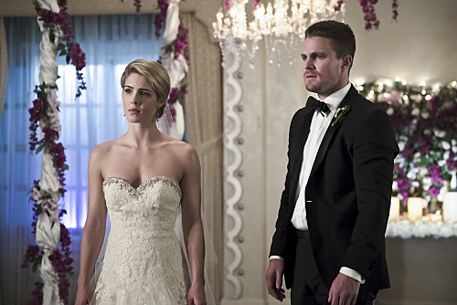 Pictured (L-R): Emily Bett Rickards as Felicity Smoak and Stephen Amell as Oliver Queen -- Photo: Katie Yu/The CW