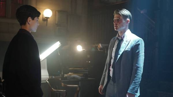 GOTHAM: (L-R) Bruce (David Mazouz) and Gordon (Benjamin McKenzie) in the Rise of the Villains: ÒKnock, KnockÓ episode of GOTHAM airing Monday, Sept. 28 (8:00-9:00 PM ET/PT) on FOX. ©2015 Fox Broadcasting Co. Cr: Nicole Rivelli/FOX.