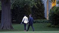 obamas enjoy post-date stroll around lawn