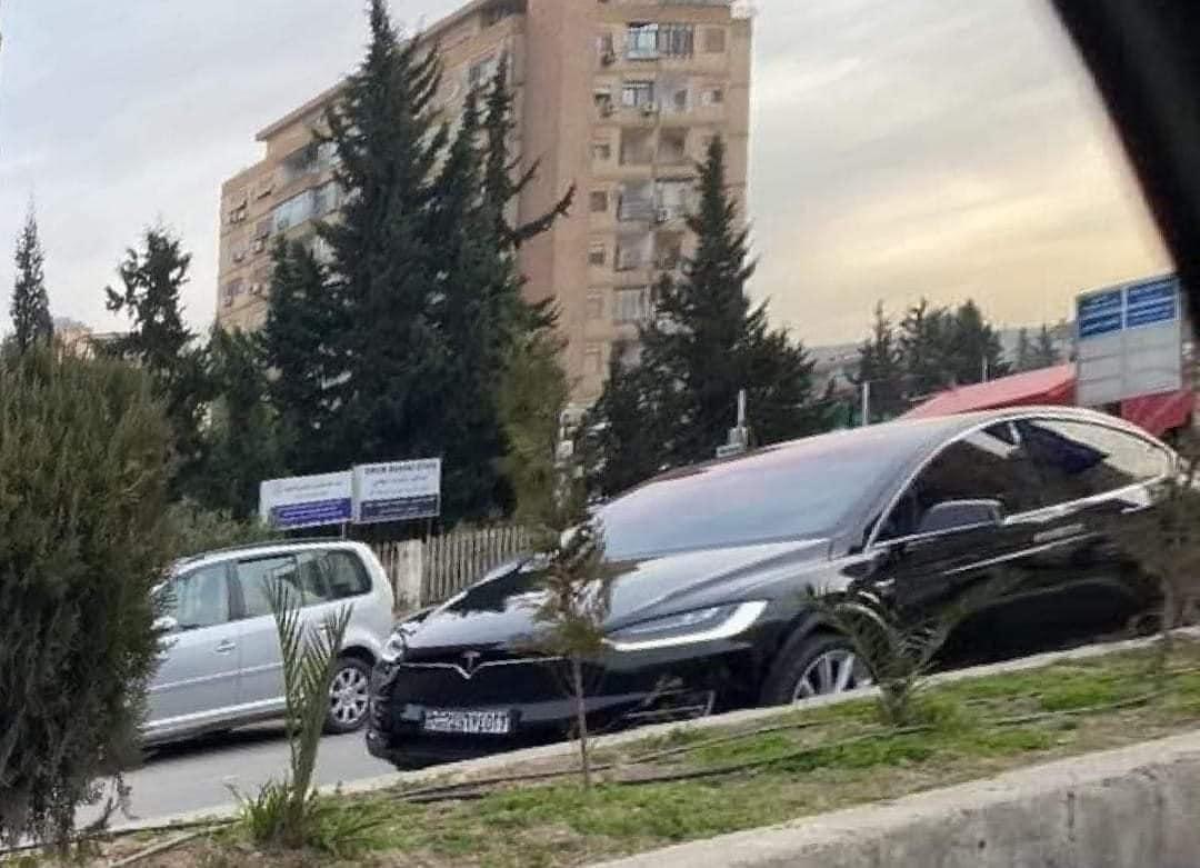 سوريا بدون كهرباء وسيارة تيسلا الكهربائية وسط دمشق