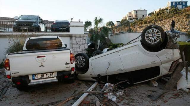 إعصار في أزمير يتسبب في خسائر مادية وإصابات