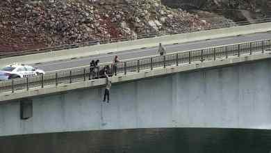 شرطي ينقذ رجل قفز من أعلى الجسر بغية الانتحار