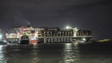 نجاح مصر في تعويم السفينة الجانحة في قناة السويس