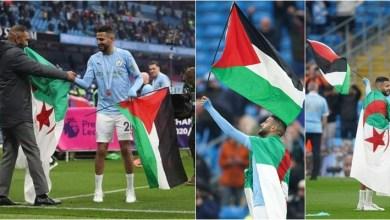 رياض محرز يرفع علم بلاده وفلسطين أثناء احتفالات مانشستر سيتي بالدوري الإنجليزي
