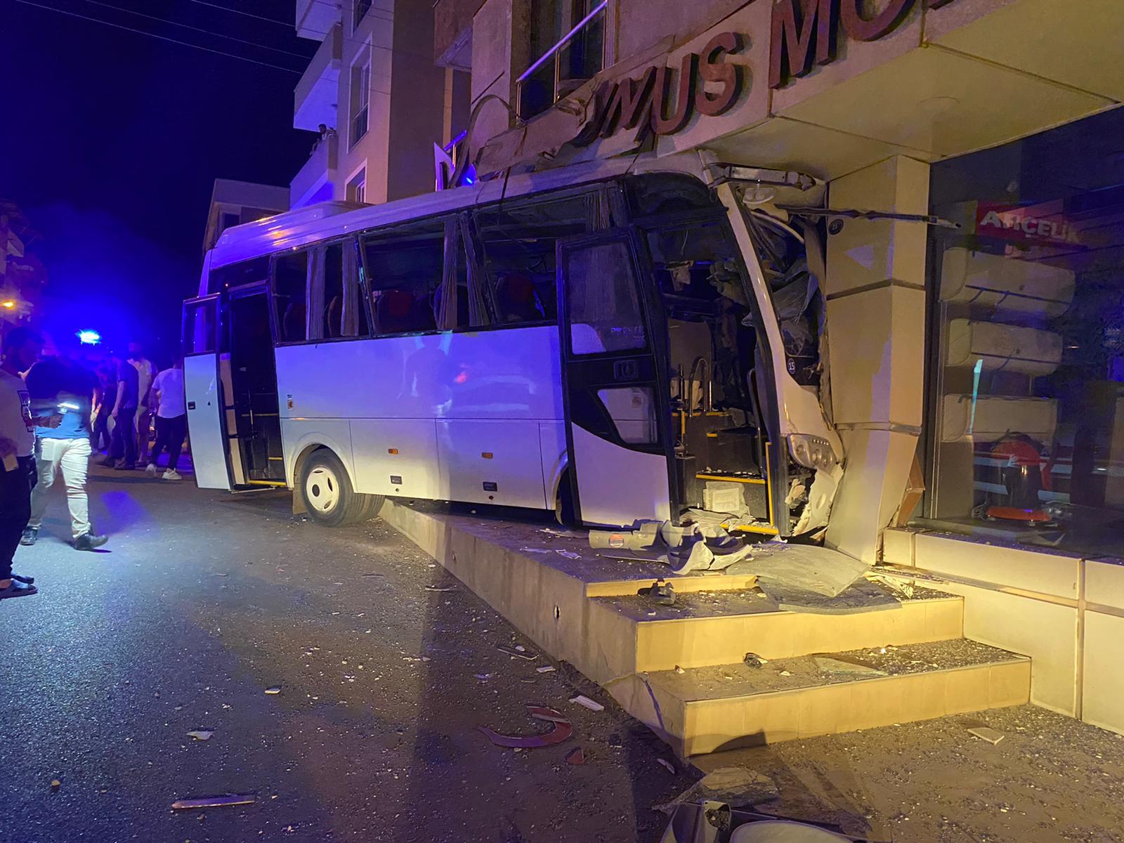 12 مصابًا بدخول باص ركاب داخل متجر في أزمير بتركيا
