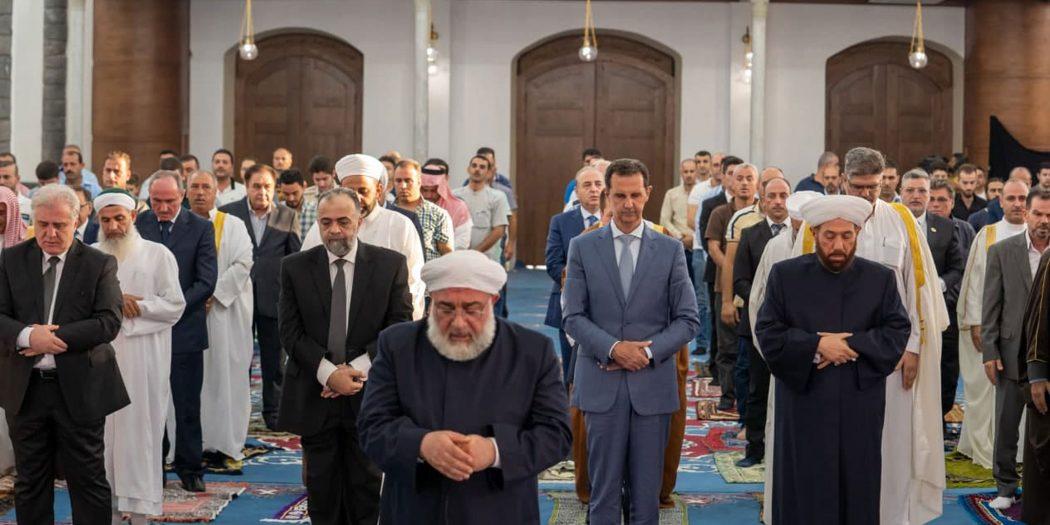 الأسد يؤدي صلاة عيد الأضحى في جامع خالد بن الوليد بحمص