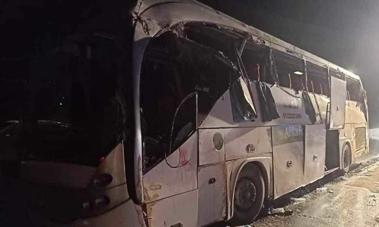 مـ.ـقتل 12 شخصاً وإصـ.ـابة العشرات المصابين نتيجة انقلاب حافلة سياحية في مصر