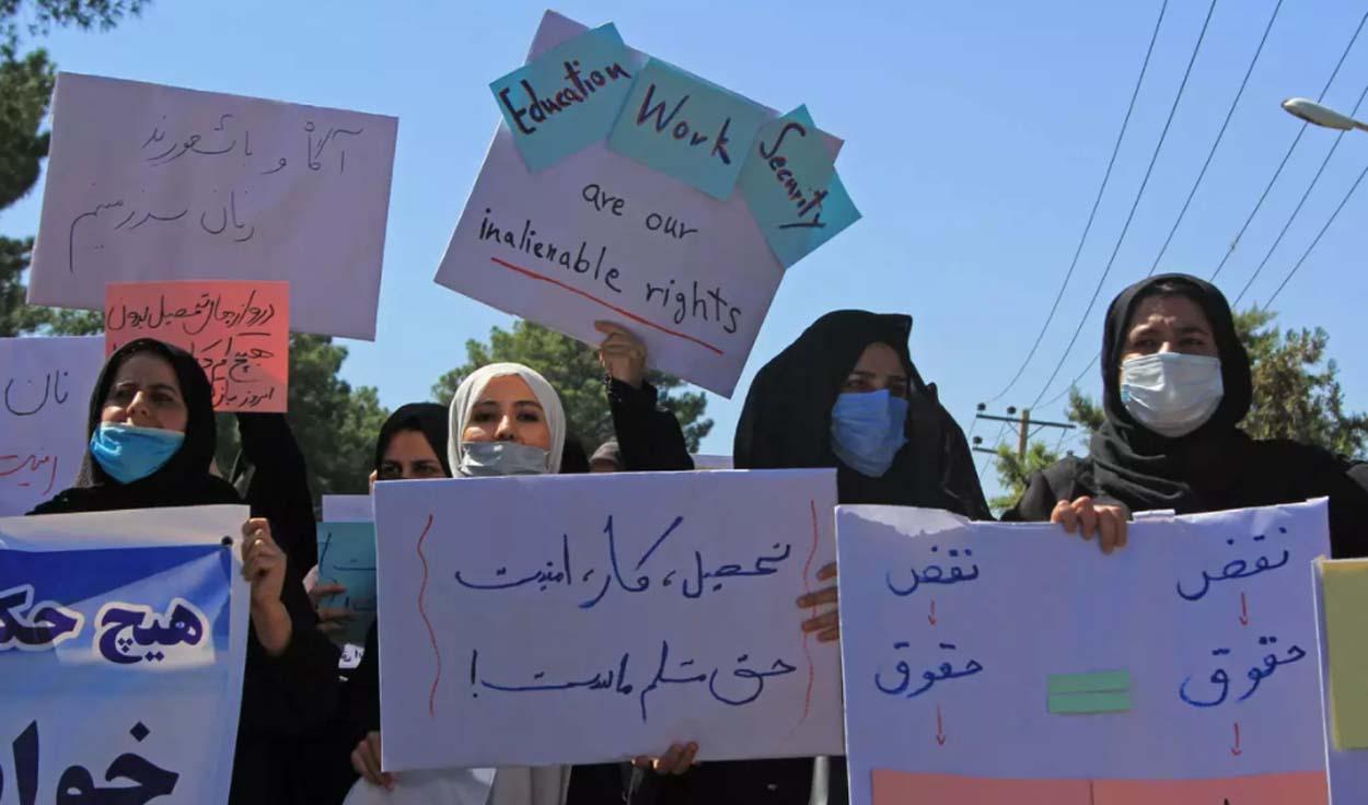 """أفغانيات يتظاهرن في كابول.. يُطالبن """"الحركة"""" باحترام حقوق المرأة"""