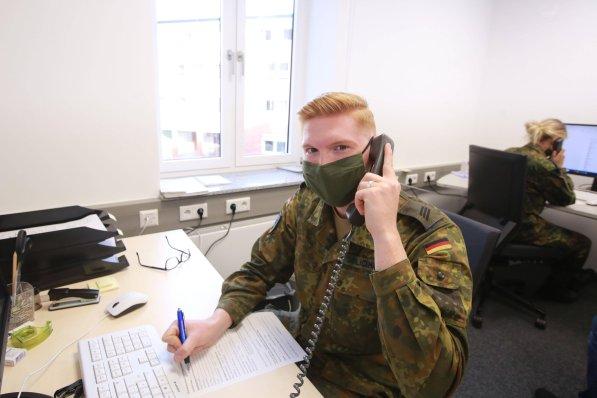 Żołnierze Bundeswehry są już rozmieszczeni w celu wsparcia działań następczych (jak tutaj w Dortmundzie). Część z nich może wkrótce zostać rozmieszczona także w krajach partnerskich NATO.