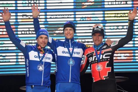 Cyclisme sur route - GP E3 Harelbeke - Niki Terpstra entouré par Philippe Gilbert et le tenant du titre Greg Van Avermaet. (D.Waem/AFP)