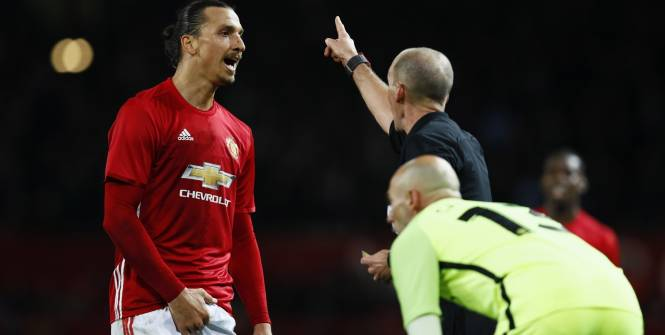 Football - League Cup - Zlatan Ibrahimovic en train de se toucher les parties intimes. (Reuters)