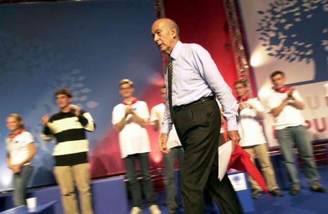"""MOLIETS-05-07/09/2003- Le président de la convention européenne et ancien président de la République française Valéry Giscard d&squot;Estaing durant la """"Fête européenne de la jeunesse"""", l&squot;université d&squot;été des """"Jeunes populaires"""" de l&squot;Union pour un Mouvement Populaire, qui se déroule du 5 au 7 septembre à Moliets (Landes). COMMANDE 20031479"""