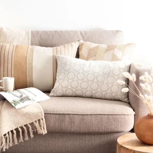 housse de coussin en coton beige motifs graphiques blancs 30x50 maisons du monde