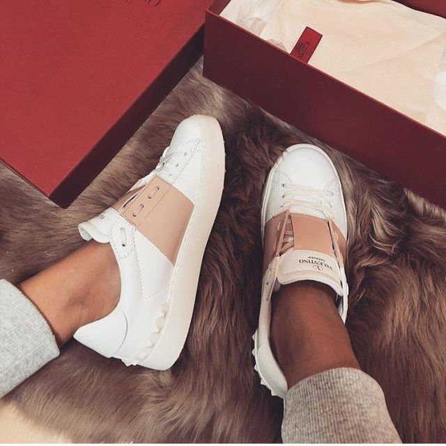 les sneakers valentino blanches et