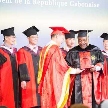 Ali Bongo fait docteur honoris causa par l'université francophone de Wuhan