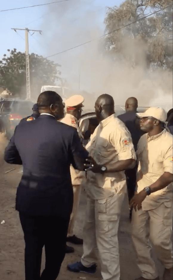 Vidéo- les présidents africains Macky Sall et Ibrahim Boubacar Keïta sautent d'un véhicule en feu