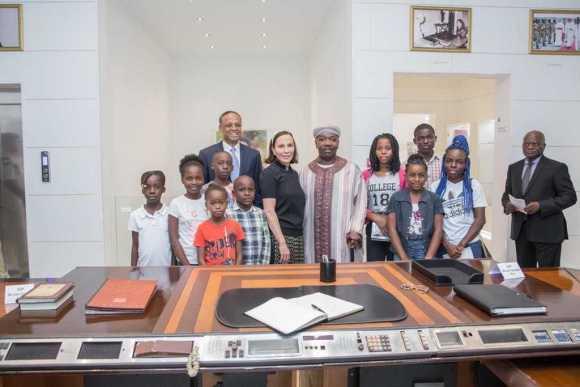La Première Dame du Gabon offre un cadeau inestimable à une dizaine d'élèves méritants