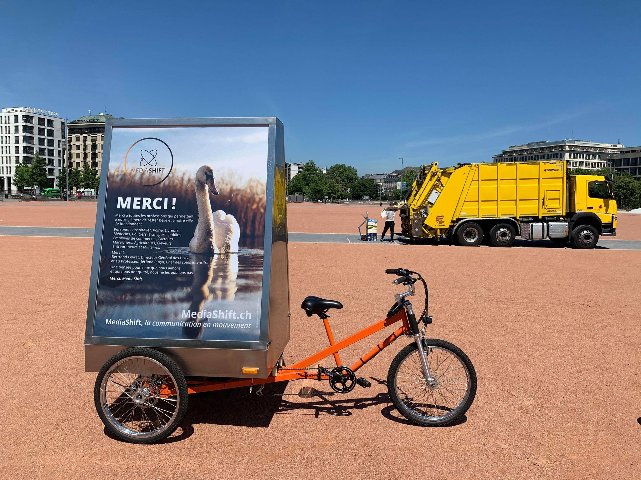 Vélo publicitaire écoresponsable  / vélopub MediaShift affichant des remerciements aux professions en première ligne pendant l'épisode COVID-19