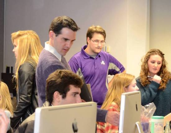 TCU journalism professor Aaron Chimbel works with students in the school's newsroom. Photo courtesy of Aaron Chimbel.