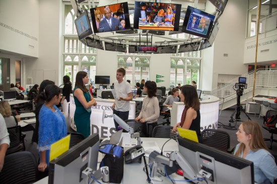 Impromptu meetings can take place anywhere when deadlines loom in the Julie Chen/Leslie Moonves and CBS Media Center at the USC Annenberg School for Communication and Journalism. © USC Annenberg/Brett Van Ort