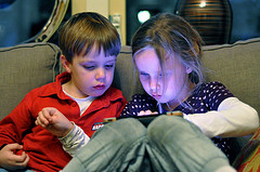 Kids on the iPad by Flickr user Thijs Knaap.