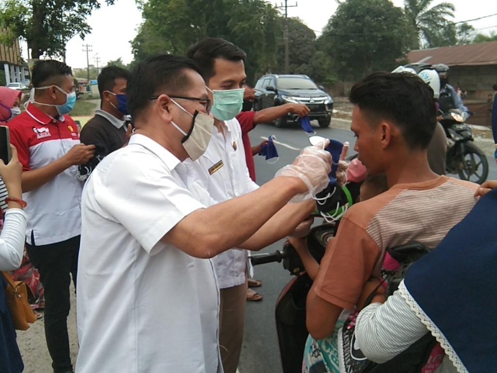 Dampak Covid-19, DPC Partai Gerindra Sergai Bagikan Masker Dan Sembako Kepada Masyarakat
