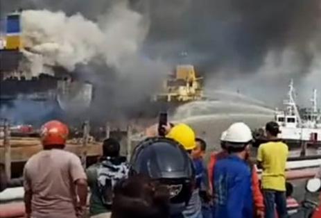 Kapal Terbakar Di Belawan, Diperkirakan Puluhan Orang Terjebak