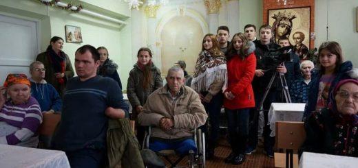 Elevii de la liceul Mihai Eminescu Cimișlia la azilul de bătrîni din Cimișlia