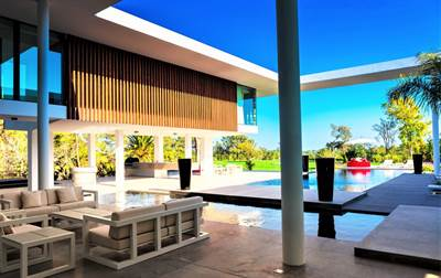 Avant-Garde Contemporary Villa with Never-Ending Views