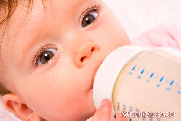 Младенец ест смесь