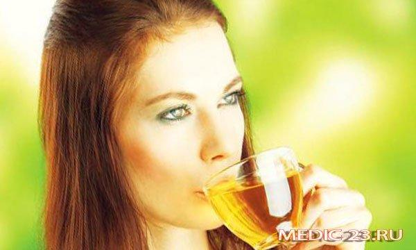 Девушка пьет напиток из чайного гриба