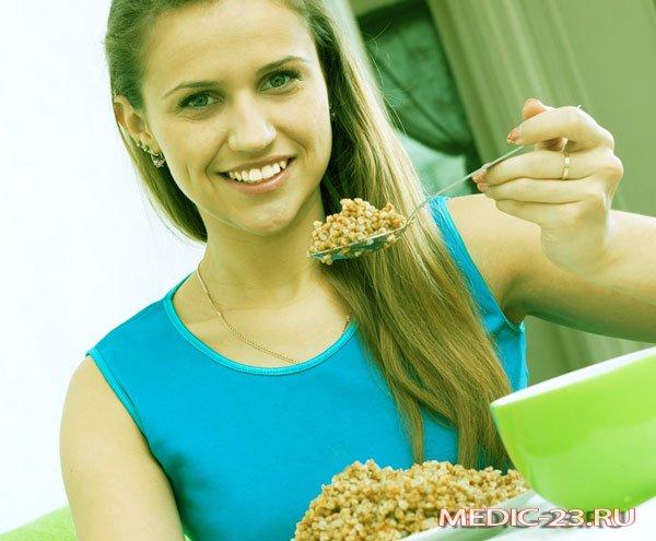 Девушка ест зеленую гречку