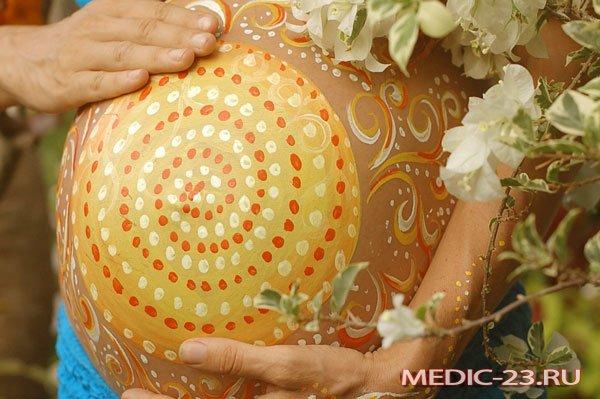 Разукрашенный живот беременной женщины