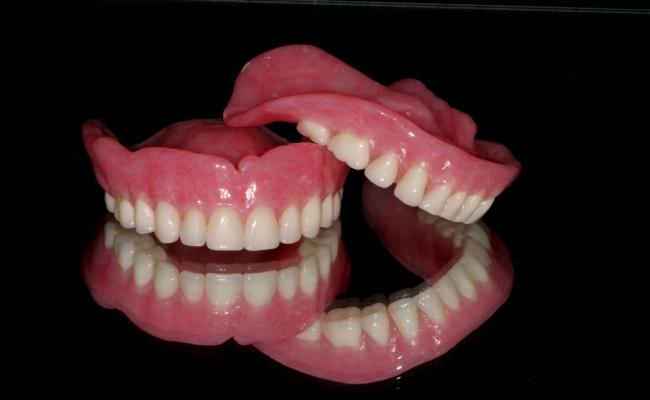 галитоз, запах изо рта, зубные протезы