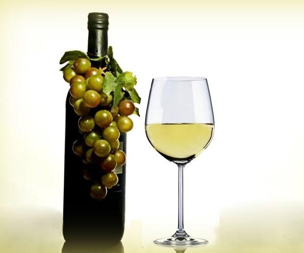 Не стоит злоупотреблять белым вином, оно может повысить риск развития меланомы.