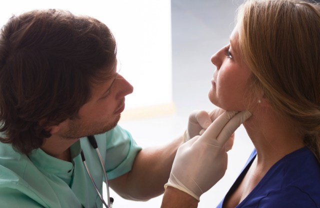 Почему болит одна сторона горла?