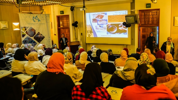 Photo of محاضرة علمية حول النفايات الطبية وأضرارها الصحية والبيئية للعاملين بمستشفى العيون بمدينة طرابلس 1 مارس 2020.