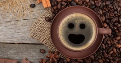 Lo normal entre los bebedores de café es que la primera taza se tome a la primera hora de la mañana, recién levantados, y es lo que hace falta para empezar y afrontar el día, o por lo menos eso pensamos la mayoría. Pero controvercialmente resulta que, parece no ser la mejor decisión, el café a tan temprana hora no es la solución para despejar a nuestro cuerpo, sino la causa de que esté dormido, así lo manifiestan en el canal de ciencias canadiense AsapScience en YouTube. En apenas dos minutos de video, AsapScience cuenta cómo el cuerpo, a través del ritmo circadiano (que es la oscilación de las variables biológicas del cuerpo humano en 24 horas) libera una hormona llamada cortisol, la cual es la responsable de aumentar el nivel de alerta en el cuerpo, lo que se podría traducir como el 'despertador orgánico'.