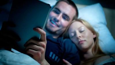 tablet-luz-azul-en-la-cama