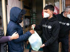 Ultimo,  ambasciatore UNICEF oggi a Medicina Solidale a Tor Bella Monaca con madri e figli in difficoltà per distribuire generi alimentari