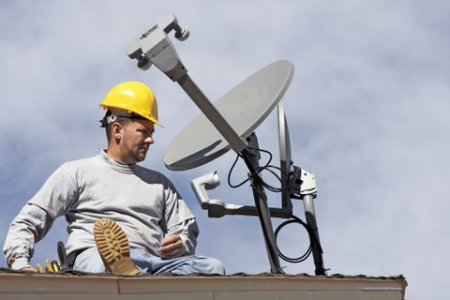 workman-and-satellite-receiver