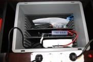 Unter dieser Kiste mit dem Router und Zubehör befinden sich 30 Tastaturen für die Tablets.