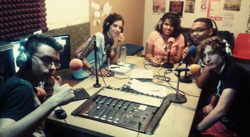 Jóvenes en la radio comunitaria Almenara