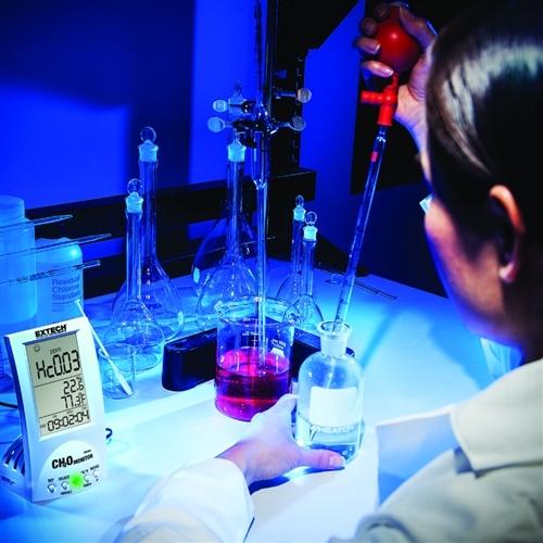Mide la concentración de formaldehídos, la temperatura y la humedad del aire