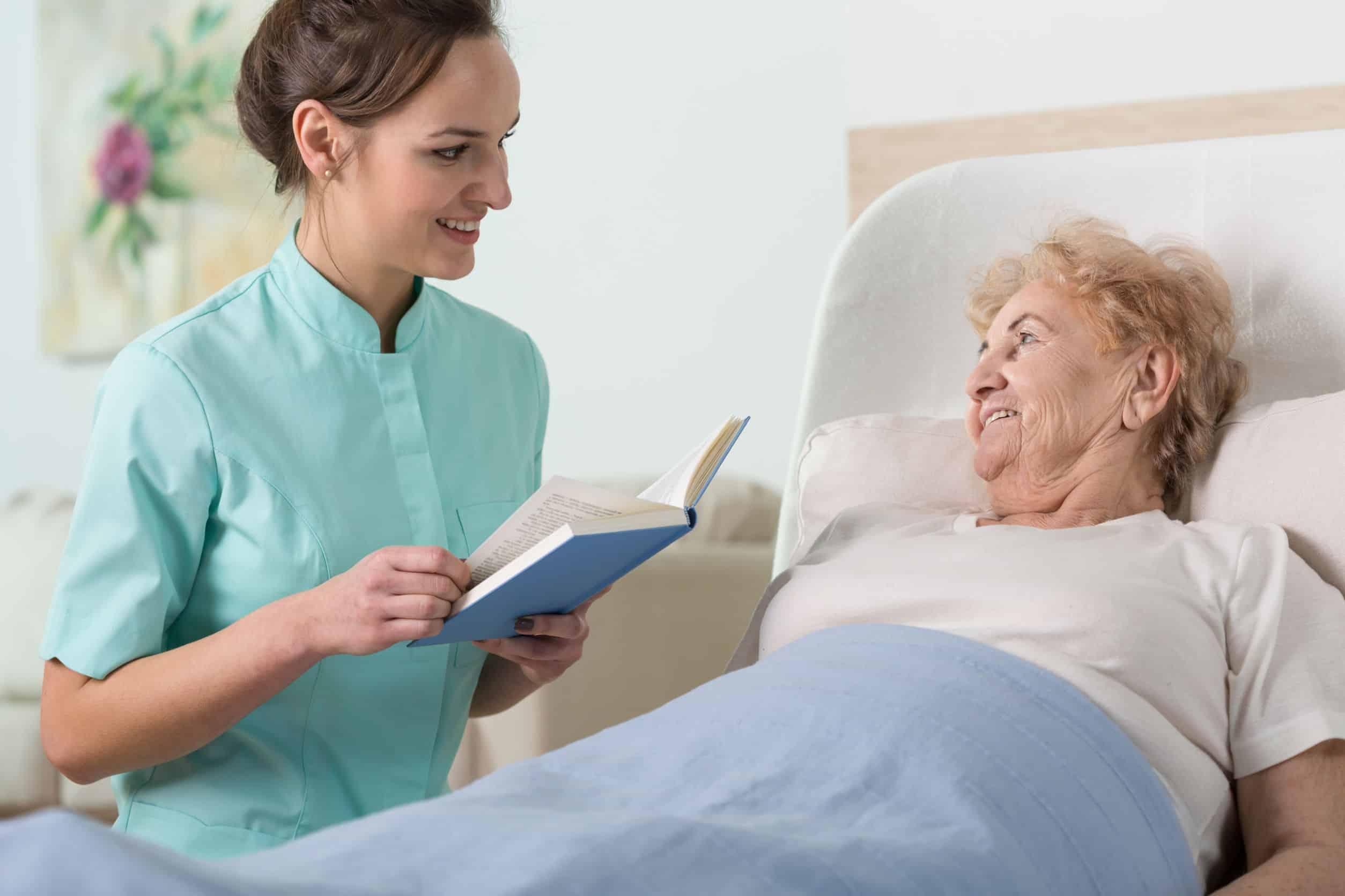 Edukacja starszej pani na temat powstawania odleżyn