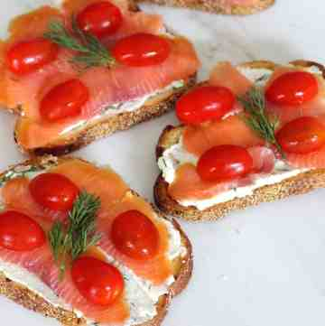 3 crostini with smoked salmon, cherry tomatoes and dill.