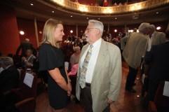 President Jaume Roca parlant amb Mireia Belmonte