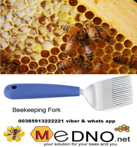 stainless steel fork with wider needles and a rubber handle for opening the honeycomb is a tool whose teeth are needle-shaped so that they can detect and remove the waxy cover with which the bees match the mature honey. The handle of the fork is rubber, the teeth flat and wider than stainless steel with 16 needles